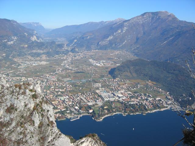Foto: pepi4813 / Klettersteig Tour / Auf dem Sentiero Fausto Susatti zur Cima Capi / Tiefblick nach Riva / 10.07.2009 21:34:30