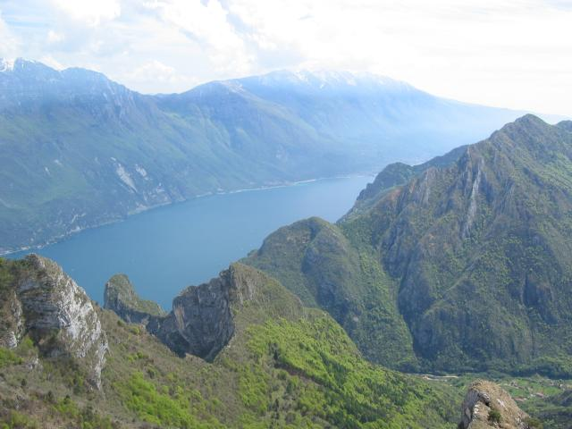 Foto: pepi4813 / Wander Tour / Aussichtsbalkon über Riva / Tiefblick auf Biacesa / 10.07.2009 21:58:06