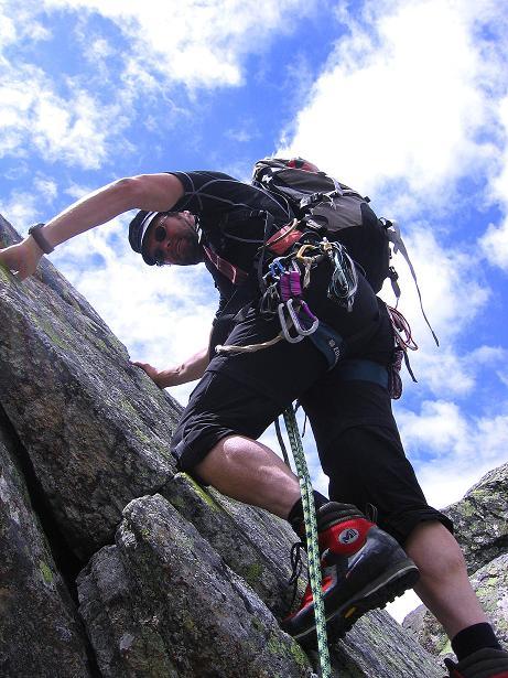Foto: Andreas Koller / Kletter Tour / Überschreitung der Madatschtürme (2837m) / Schlüsselstelle: die Verschneidung am Mittleren Madatschturm (IV) / 16.07.2009 17:31:08