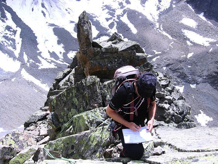 Foto: Andreas Koller / Kletter Tour / Überschreitung der Madatschtürme (2837m) / Eintrag ins Gipfelbuch am Mittleren Madatschturm / 16.07.2009 17:28:17