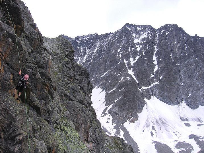 Foto: Andreas Koller / Kletter Tour / Überschreitung der Madatschtürme (2837m) / Abseilen vom Mittleren Madatschturm, im Hintergrund die Watzespitze (3532 m) und der Madatschferner / 16.07.2009 17:23:16