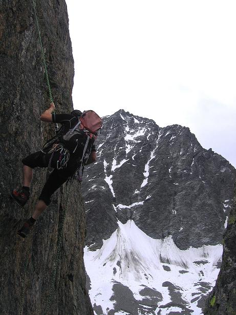 Foto: Andreas Koller / Kletter Tour / Überschreitung der Madatschtürme (2837m) / Steiles Abseilen mit der mächtigen Watzespitze (3532 m) im Hintergrund / 16.07.2009 17:21:21