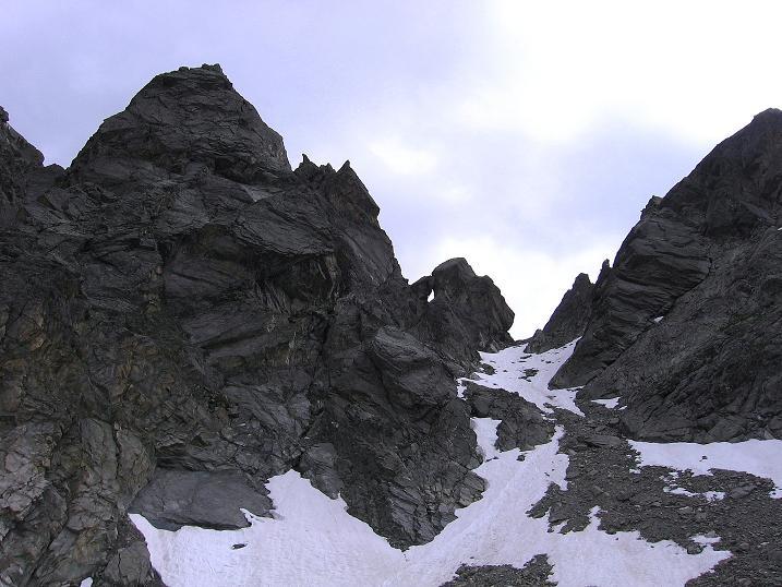 Foto: Andreas Koller / Kletter Tour / Überschreitung der Madatschtürme (2837m) / Der Ausstieg erfolgt in der tief eingeschnittenen Scharte, Abstieg über das Schneefeld / 16.07.2009 17:19:16