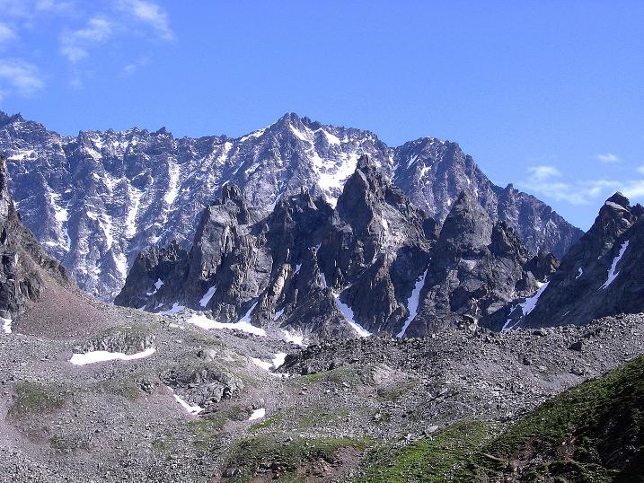 Foto: Andreas Koller / Kletter Tour / Überschreitung der Madatschtürme (2837m) / Vor der mächtigen Watzespitze (3532 m) die dunklen Madatschtürme / 16.07.2009 17:15:48