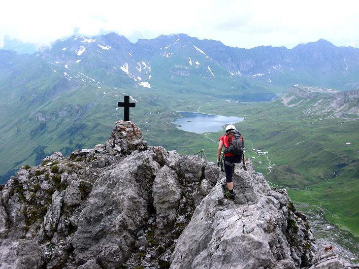 Foto: Andreas Koller / Klettersteig Tour / Klettersteig Graustock (2662 m) / Die letzten ausgesetzten Meter zum Graustock-Gipfelkreuz / 15.07.2009 23:44:55
