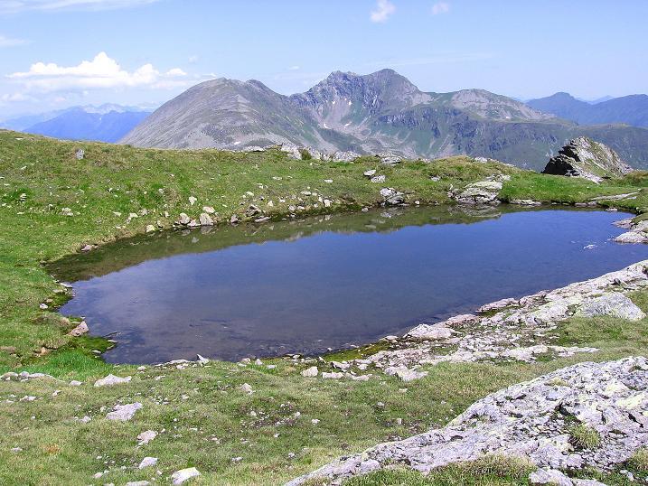 Foto: Andreas Koller / Wander Tour / Schöderkogel über S-Grat und NW-Grat (2500m) / Blick zum Sölkpass mit Denek (2433 m) / 18.07.2009 20:01:29