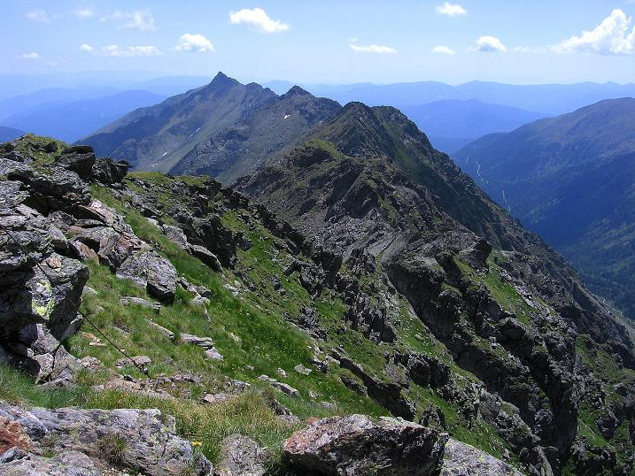 Foto: Andreas Koller / Wander Tour / Schöderkogel über S-Grat und NW-Grat (2500m) / Blick über den S-Grat zum Schöder Eisenhut (2456 m) / 18.07.2009 19:58:20