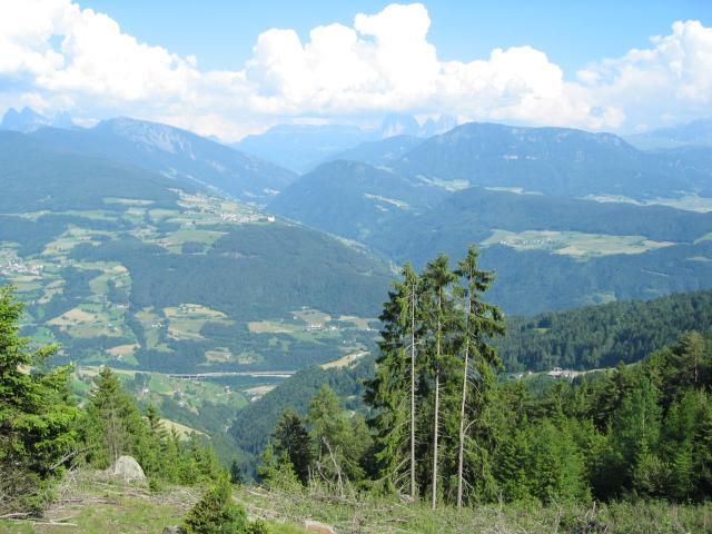 Foto: pepi4813 / Wander Tour / Von Villanders über Dreikirchen zur Villanderer Alm / Blick von der Villanderer Alm zu den Dolomiten / 19.07.2009 20:56:53