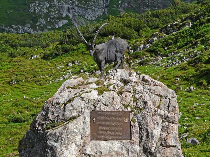 Foto: vince 51 / Wander Tour / Erdgeschichtliche Rundwanderung / Gedenkstein am Beginn des Weges bei der Formarinalpe / 22.07.2009 22:14:25