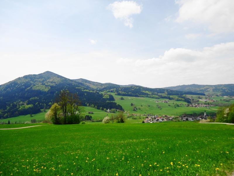 Foto: Günter Siegl / Wander Tour / Von Oberwang auf die Kulmspitze / Kulmspitze (links) und Oberwang (rechts) / 03.05.2015 13:24:34