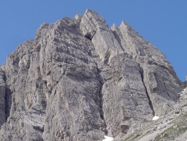 Foto: Manfred Karl / Kletter Tour / Kleine Gamswiesenspitze Nordostkante / Über die linke Kante des mittleren Plattenpfeilers verläuft die Tour / 31.07.2009 20:39:46