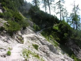 Foto: skisprungschanze.com / Wander Tour / Persaifoissel, von Steinalm zur Peter Wiechenthaler Hütte / nach der ersten Steigung rel. flaches Gehen zum felsigen Teil / 01.08.2009 17:42:39