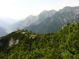 Foto: skisprungschanze.com / Wander Tour / Persaifoissel, von Steinalm zur Peter Wiechenthaler Hütte / Blick zur Hütte, oberhalb auf ca. 1750 m / 01.08.2009 18:32:53