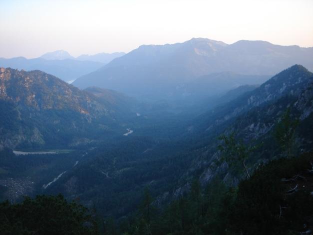 Foto: Manfred Karl / Klettersteig Tour / Schermberg, Tassilo Klettersteig / Erste Sonnenstrahlen über der Hetzau, rechts im Hintergrund der Kasbergstock, links der Traunstein / 02.08.2009 21:05:15