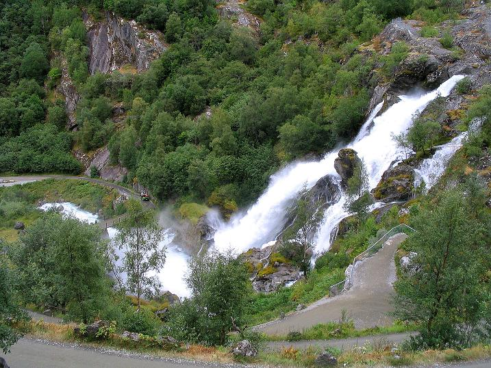 Foto: Andreas Koller / Wander Tour / Gletschererlebnis Briksdalsbreen (150 m) / Rauschender Wasserfall im Briksdal / 04.08.2009 19:14:15