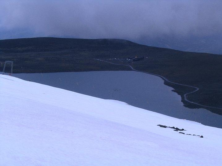 Foto: Andreas Koller / Wander Tour / Auf die Kuppen des Galdhoe (2283 m) / Blick über den Gletscher zur Juvasshytte / 04.08.2009 00:37:32