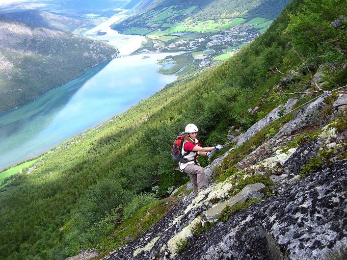 Foto: Andreas Koller / Klettersteig Tour / Klettersteig Lomseggen (1524m) / Schöne Tiefblicke auf Lom un den Fluss Otta / 05.08.2009 16:56:25