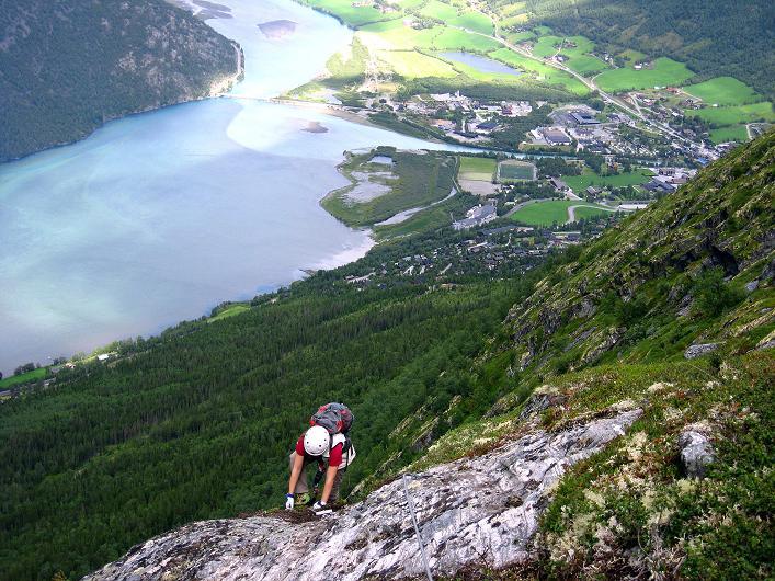 Foto: Andreas Koller / Klettersteig Tour / Klettersteig Lomseggen (1524m) / Hoch über dem Fluss Otta und der Ortschaft Lom / 05.08.2009 17:05:47