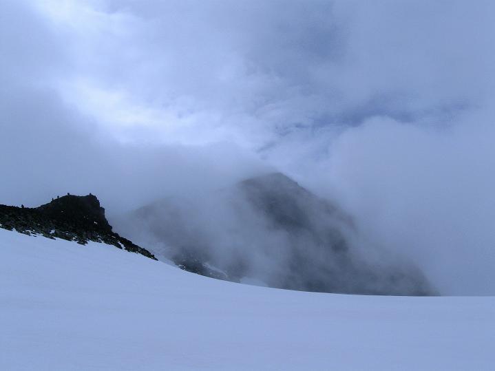 Foto: Andreas Koller / Wander Tour / Galdhopiggen (2469m) - Gletschertour auf den höchsten Berg Nordeuropas  / Der Galdhopiggen taucht auf / 07.08.2009 01:08:46