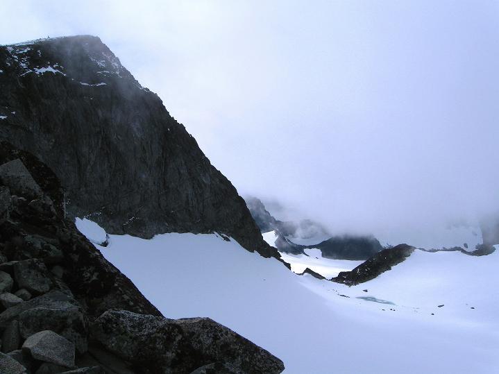 Foto: Andreas Koller / Wander Tour / Galdhopiggen (2469m) - Gletschertour auf den höchsten Berg Nordeuropas  / Galdhopiggen über der Scharte Porten / 07.08.2009 00:54:54
