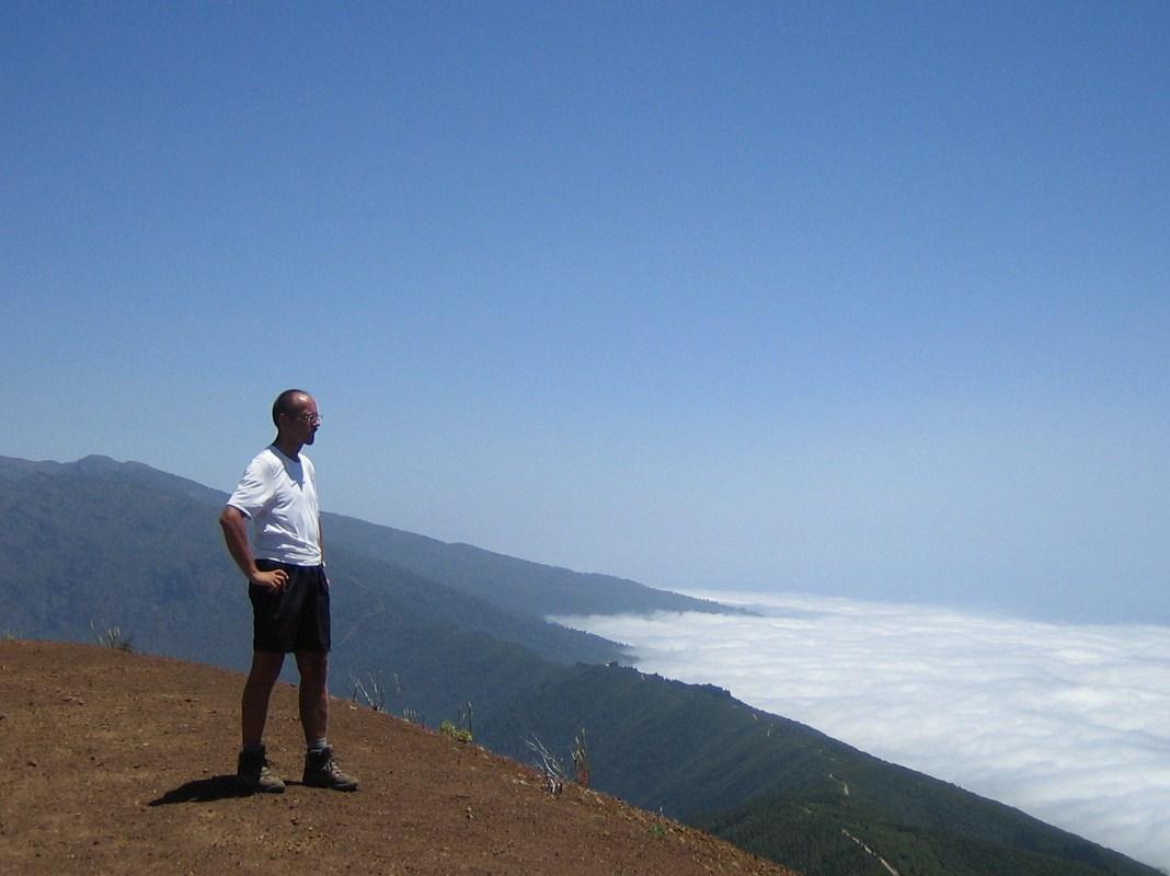 Foto: pele62 / Wander Tour / Birigoyo / Vom Gipfel des Pico Birigoyo aus erkennt man ganz deutlich die wettermäßige zweiteilung La Palmas. Während sich auf der Ostseite der Insel die tief hängenden Passatwolken an den Bergen stauen, herrscht auf der Westseite strahlender Sonnenschein (auf den Bergen oberhalb von ca. 1300m sowieso!). / 01.06.2012 15:20:11