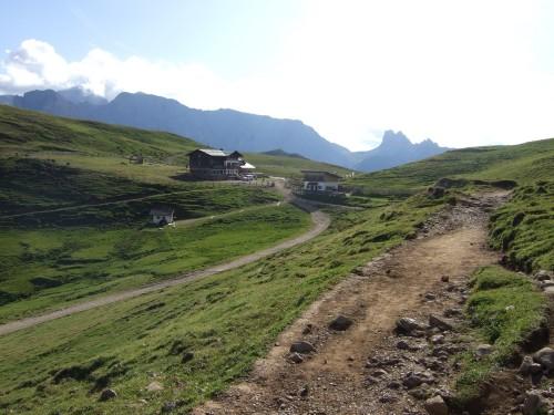Foto: hofsab / Mountainbike Tour / Rund um den Langkofel über Col Rodela (2484 m) / Rückblick zur Plattkofelhütte / 27.08.2009 21:33:38