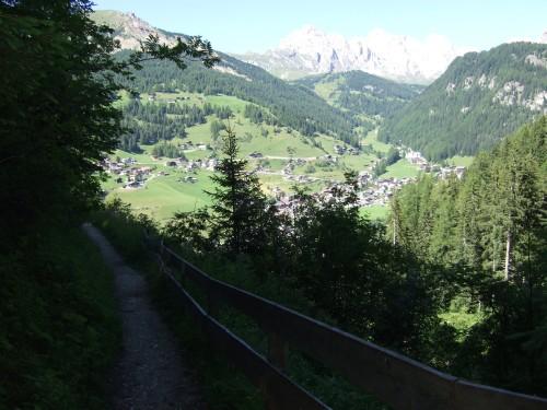 Foto: hofsab / Mountainbike Tour / Rund um den Langkofel über Col Rodela (2484 m) / Wanderweg nach Wolkenstein / 27.08.2009 21:39:43