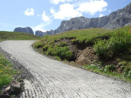 Foto: hofsab / Mountainbike Tour / Rund um den Schlern über Eselrücken (2560 m) und Prügelweg / sie extrem steile Rampe hinter dem Seiser Alm-Haus / 27.08.2009 21:03:46