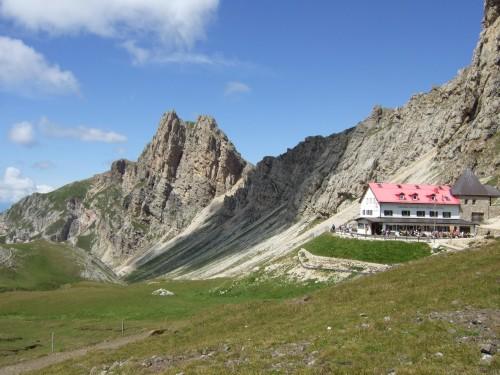 Foto: hofsab / Mountainbike Tour / Rund um den Schlern über Eselrücken (2560 m) und Prügelweg / Tierser Alphütte mit Roterdspitz im Hintergrund / 27.08.2009 21:05:40