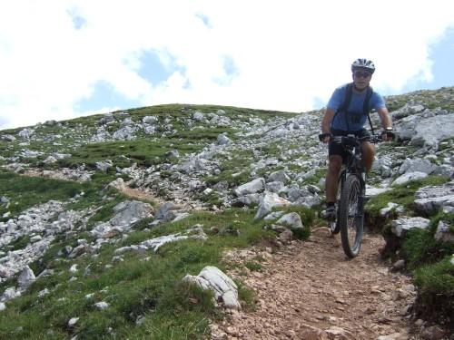 Foto: hofsab / Mountainbike Tour / Rund um den Schlern über Eselrücken (2560 m) und Prügelweg / Trail zum Schlernhaus hinüber / 27.08.2009 21:09:44