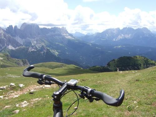 Foto: hofsab / Mountainbike Tour / Rund um den Schlern über Eselrücken (2560 m) und Prügelweg / über die Almwiesen läufts noch gut / 27.08.2009 21:12:46
