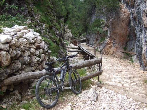 Foto: hofsab / Mountainbike Tour / Rund um den Schlern über Eselrücken (2560 m) und Prügelweg / die geniale Passage beginnt / 27.08.2009 21:14:40
