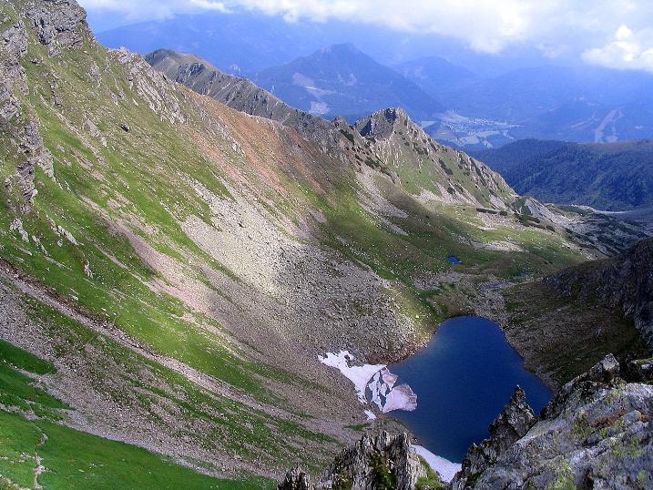 Foto: Andreas Koller / Wander Tour / Über den Gefrorenen See zum Dreistecken-Grat (2449 m) / Tiefblick zum Gefrorenen See / 07.08.2009 16:45:03