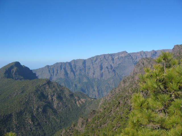 Foto: elipes / Wander Tour / Von der Ermita Virgen del Pino zur Punta de los Roques / Blick vom Pico Ovejas zur Caldera / 10.08.2009 19:44:27