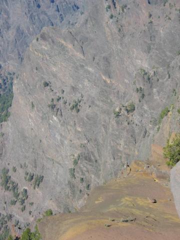 Foto: elipes / Wander Tour / Von der Ermita Virgen del Pino zur Punta de los Roques / Tiefblick von der Punta de los Roques / 10.08.2009 19:46:25