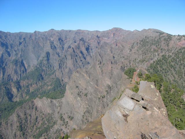 Foto: elipes / Wander Tour / Von der Ermita Virgen del Pino zur Punta de los Roques / Blick zum Roque de los Muchachos / 10.08.2009 19:47:19