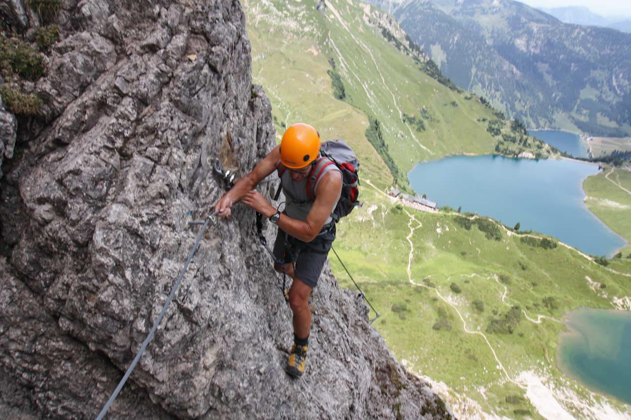 Foto: felskraxler / Klettersteig Tour / Lachenspitze Nordwand Klettersteig / unterm Überhang / 11.08.2009 00:48:43