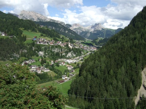Foto: hofsab / Mountainbike Tour / Seiser Alm-Runde über Seiser Alm-Haus (2145 m)  / St. Christina liegt da unten / 27.08.2009 21:19:38