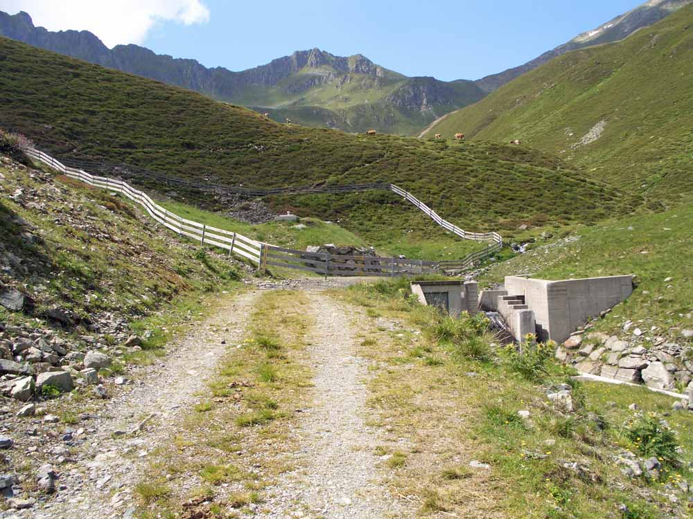 Foto: vince 51 / Wander Tour / Vom Kühtai auf den Rietzer Grieskogel / Wasserfassung; das Wasser des Krummbachs wird ab hier durch einen Stollen in den Längental-Stausee geleitet / 11.08.2009 23:00:27