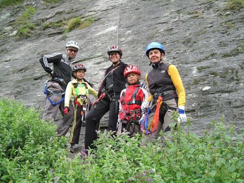 Foto: Heidi Schützinger / Klettersteig Tour / Kupfergeist-Klettersteig / Anna Selina, Julian, Oma, Mama und Papa am Einstieg zur Gletschergoaß / 11.08.2010 18:10:07