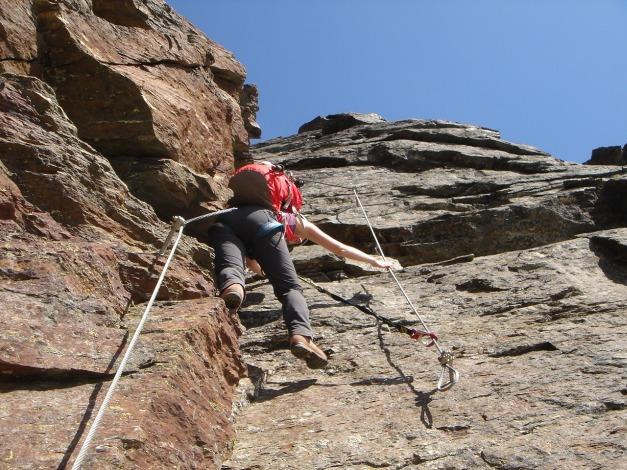Foto: Manfred Karl / Klettersteig Tour / Südwand Klettersteig auf die Tschenglser Hochwand / Der etwas schwierige Wechsel von einem Sicherungsseil zum anderen / 22.08.2009 21:07:42