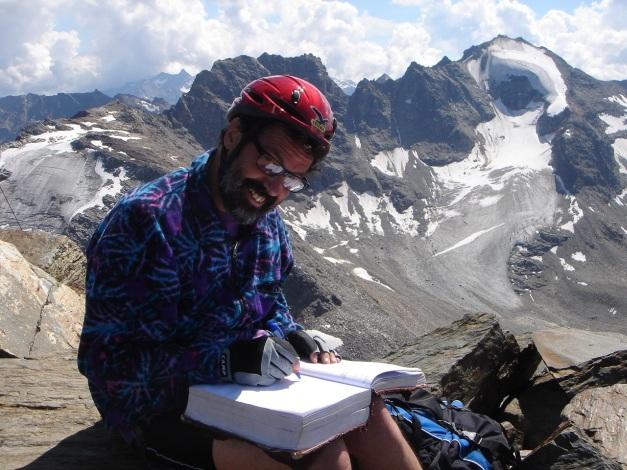 Foto: Manfred Karl / Klettersteig Tour / Südwand Klettersteig auf die Tschenglser Hochwand / Das ungewöhnlich dicke Gipfelbuch hat noch Platz für viele Eintragungen / 22.08.2009 21:05:47