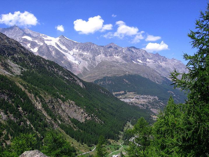 Foto: Andreas Koller / Klettersteigtour / Erlebnisweg Almagellerhorn (1999 m) / Blick auf Saas Fee und die Mischabelkette (4545 m) / 07.09.2009 23:12:06