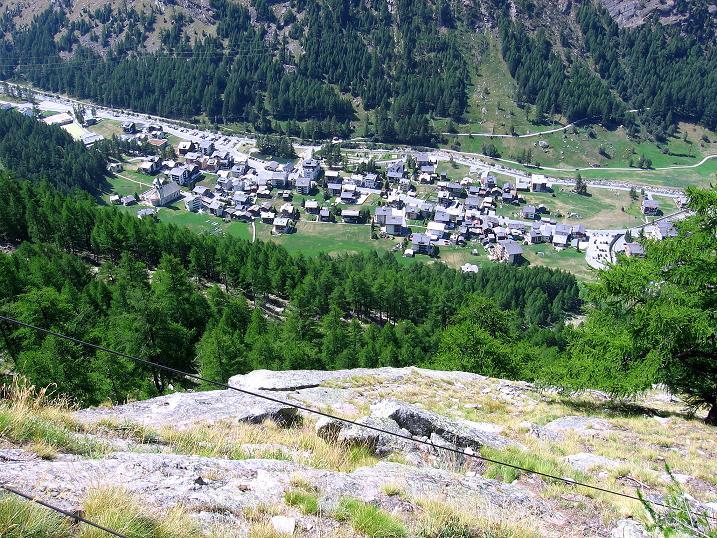 Foto: Andreas Koller / Klettersteigtour / Erlebnisweg Almagellerhorn (1999 m) / Tiefblick auf Saas Almagell / 07.09.2009 23:03:43