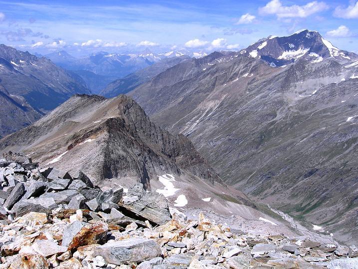 Foto: Andreas Koller / Wander Tour / Stelli - Aussichtsloge über dem Stausee Mattmark (3357 m) / Blick durchs Saastal zur Weißmiesgruppe (4023 m) / 03.09.2009 23:31:38
