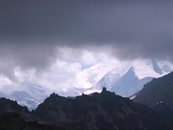 Foto: Andreas Koller / Wander Tour / Bella Tola - Aussichtsbalkon der Walliser Alpen (3026 m) / Die hohen Eisberge der Walliser Alpen leuchten durch die Wolken / 05.09.2009 18:48:35