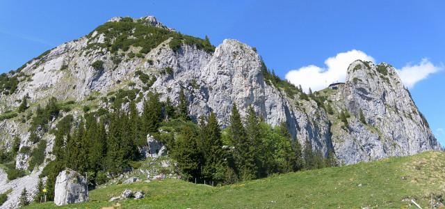 Foto: Wolfgang Lauschensky / Kletter Tour / Klettern am Roßstein und an der Roßsteinnadel / links die Sonnenplatte zum Roßstein, rechts davor die Roßsteinnadel, ganz rechts der Buchstein, im Sattel dazwischen die Tegernseerhütte / 24.05.2011 23:37:00