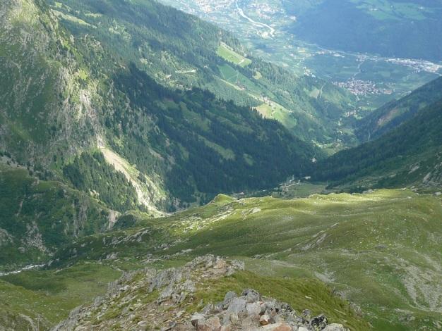Foto: Manfred Karl / Wander Tour / Auf den Hausberg der Lodnerhütte / Tiefblick nach Partschins / 31.08.2009 15:47:32