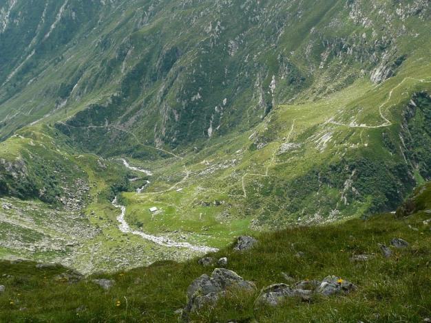 Foto: Manfred Karl / Wander Tour / Klettersteigdreitausender über dem Halsljoch / Tiefblick zum Hüttenweg der Lodnerhütte / 31.08.2009 16:09:08