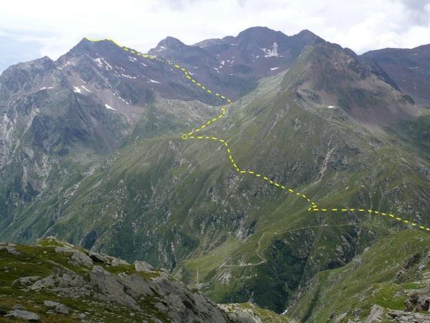 Foto: Manfred Karl / Wander Tour / Eindrucksvoller Dreitausender über dem Vinschgau / Verlauf des Anstieges von der Zielalm zur Zielspitze, im Kreis die verf. Königshofalm / 31.08.2009 16:32:46
